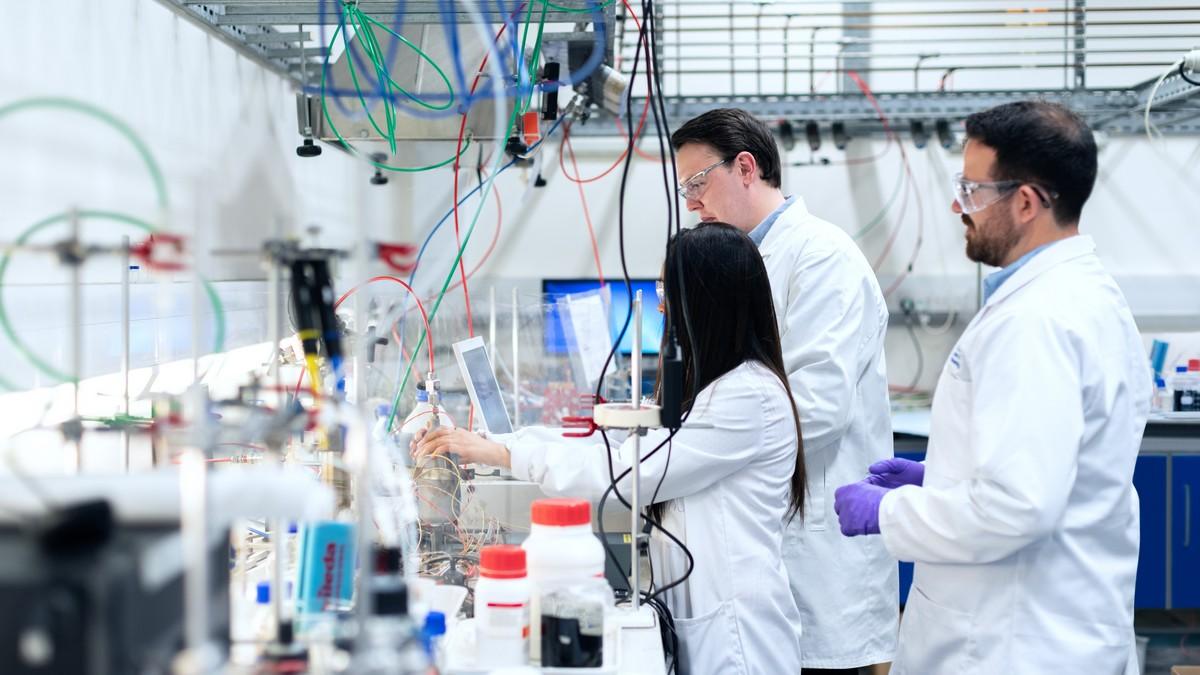 Laboratoř, kde plně funguje chemický průmysl.
