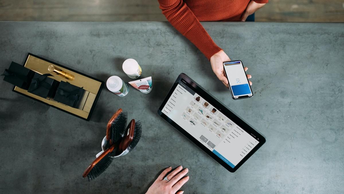 Žena předvádí, jak vypadá novodobá digitalizace v bankovnictví.