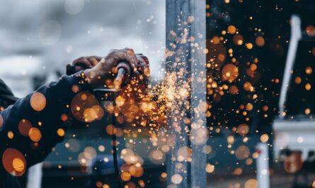 Historie průmyslu zachycená na fotografii pracujícího dělníka.