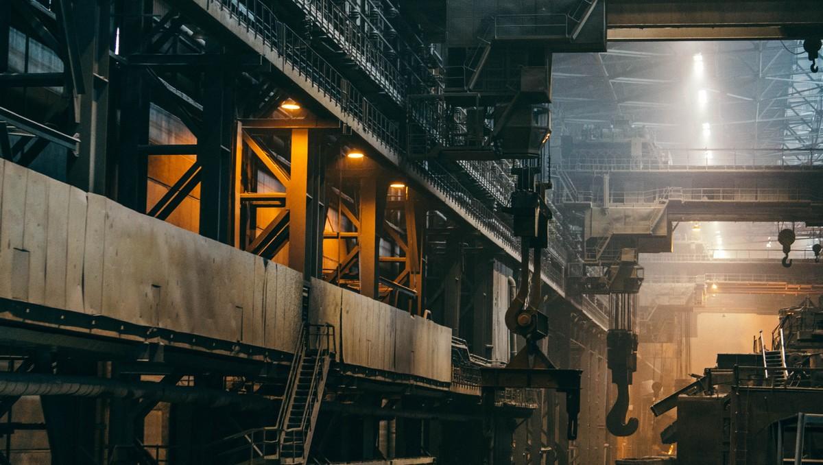 Továrna zaměřená na hutnictví a podobné výrobní procesy.