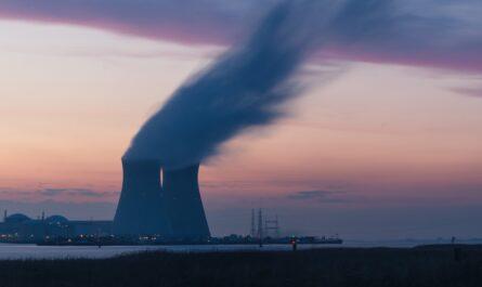 Jaderná elektrárna Dukovany při západu slunce.