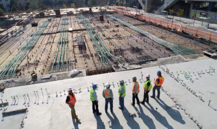 Stavebnictví v praxi, kdy se stavaři sešli na stavbě.
