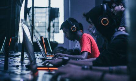 Videoherní průmysl v praxi, když mladíci tvoří hry na počítačích.