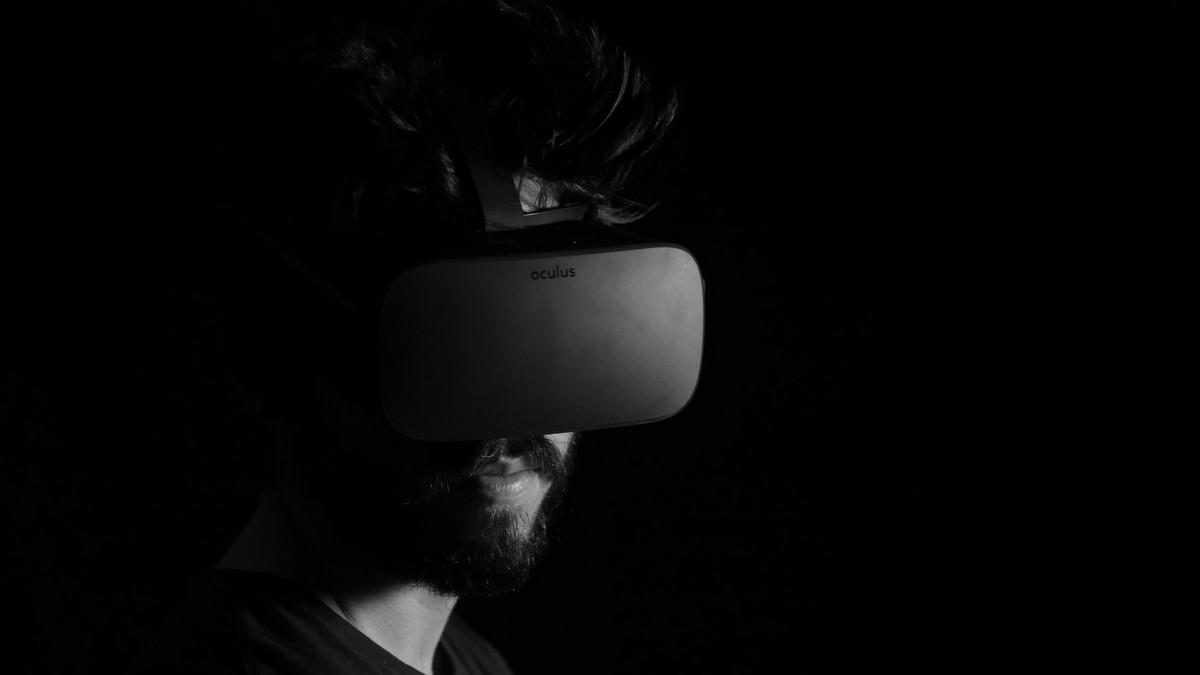Virtuální realita v praxi v podobě speciálních VR brýlí.
