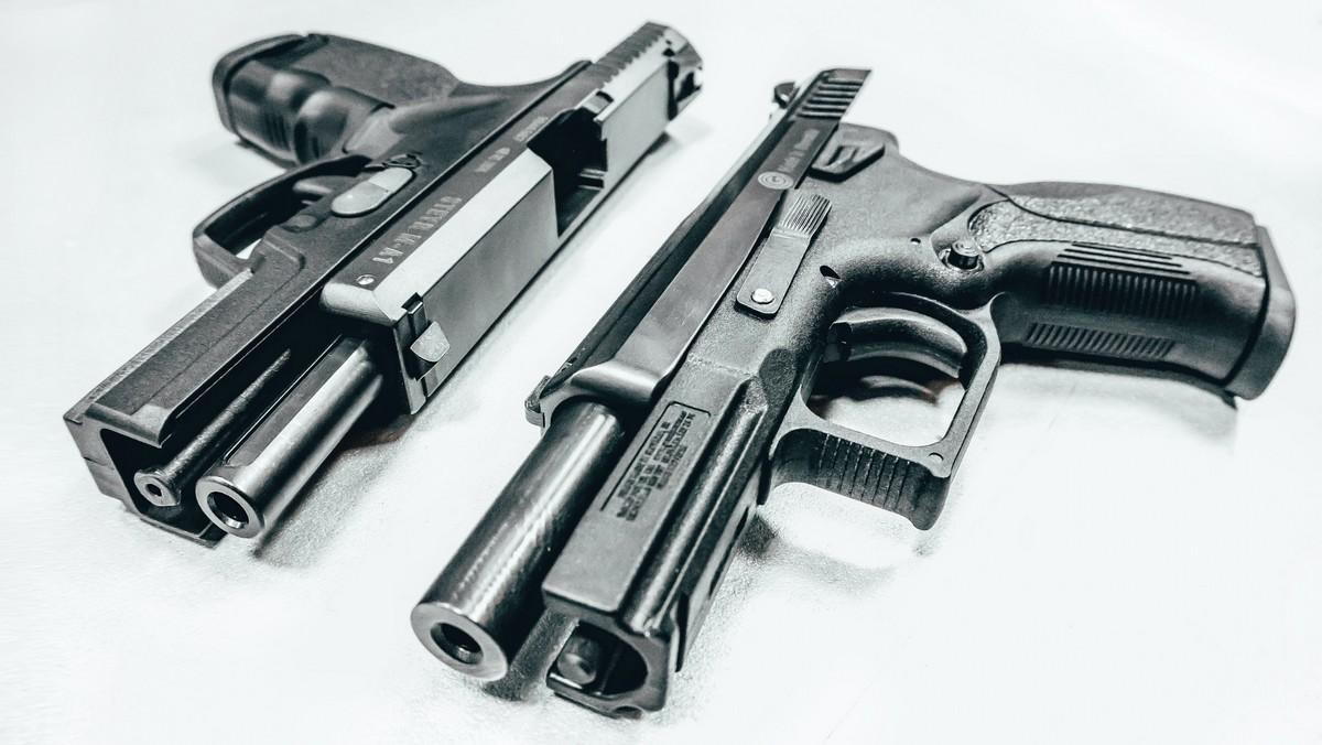Dvě pistole, které symbolizují úspěšný český zbrojní průmysl.